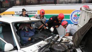 - Kaza yaptığı otomobilde sıkışan kadın böyle kurtarıldı