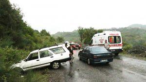 Kontrolden çıkan otomobil yol kenarındaki kayalıklara çarptı: 2 yaralı