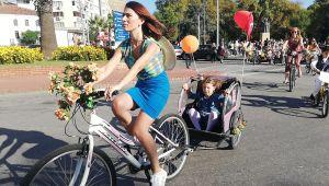 Kadınlar süslenip bisiklet turuna katıldı