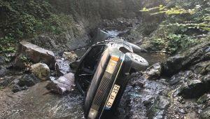 - Otomobil dereye uçtu: 2 yaralı