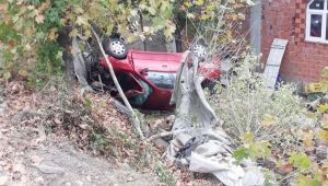 - Otomobil evin bahçesine uçtu: 3 yaralı