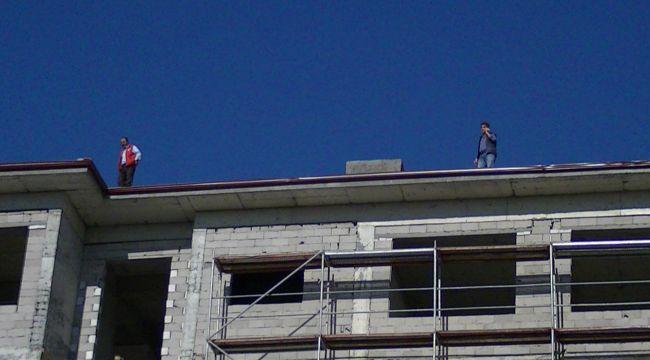 - 9 aydır maaşlarını alamayan işçiler inşaatın çatısına çıktı