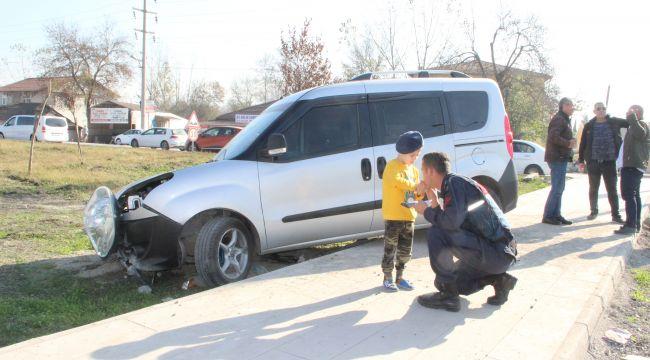 Kazada annesi yaralanan çocuğu jandarma teselli etti