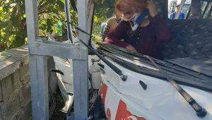 Minibüs elektrik direğine çarptı
