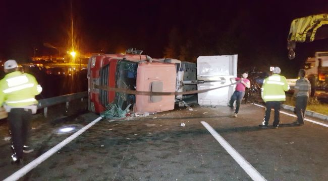 Tır devrildi, Zonguldak-Düzcekarayolu trafiğe kapandı
