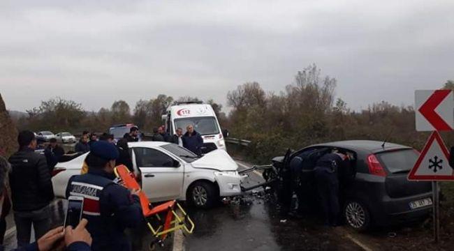 - Kafa kafaya iki araç çarpıştı: 5 yaralı