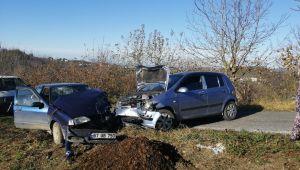 - Köy yolunda iki araç kafa kafaya çarpıştı: 4 yaralı