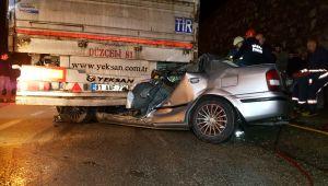 Otomobil tıra saplandı: 1 ölü