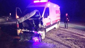 Ambulans istinat duvarına çarptı: 1 yaralı