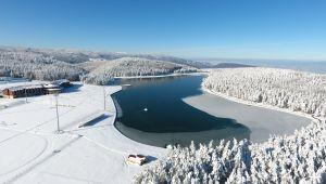 Buz tutan Topuk Yaylası Göleti havadan görüntülendi