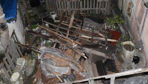 Etkili olan fırtına evin çatısını uçurdu