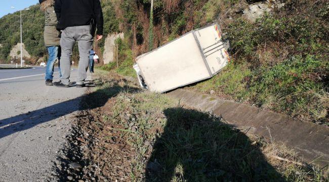 - Kamyonet yoldan çıkıp su kanalına devrildi