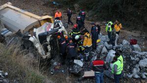 - Kazada sıkışan kamyon sürücüsü hayatını kaybetti