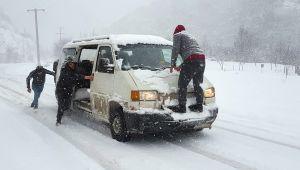 Karabük -ZonguldakKarayolunda kar şiddeti trafiği olumsuz etkiliyor...