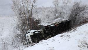 Kaygan yolda kontrolden çıkan kamyon şarampole yuvarlandı