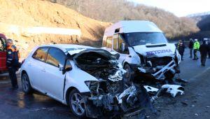 Otomobille yolcu minibüsü çarpıştı: 1'i çocuk 12 yaralı