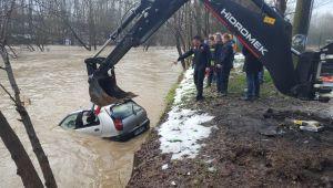 - Park halindeki otomobil sulara gömüldü