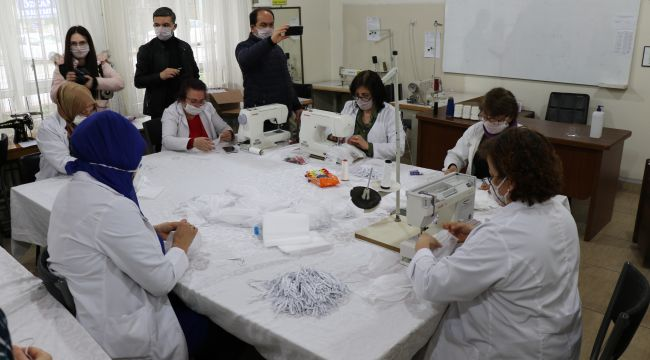 - Gönüllü öğretmenler; sağlık çalışanları için 80 bin maske üretecek