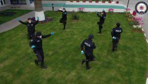 - Polis, sosyal mesafeyi koruyarak zeybek oynadı