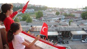 - Alaplılılar 19 Mayıs'ı balkon ve camlara çıkarak kutladı