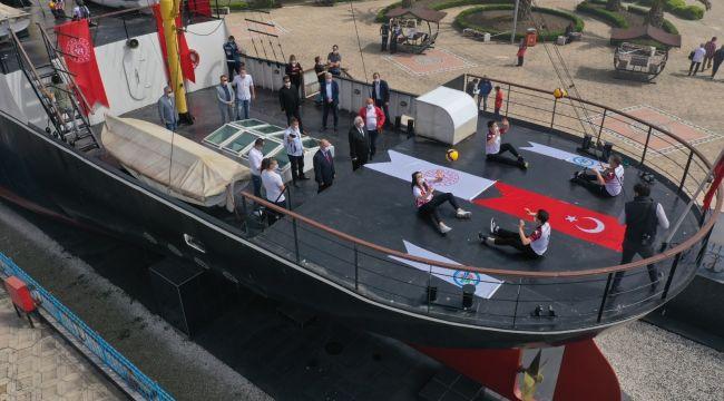 Alemdar Gemisi'nde voleybol gösterisi