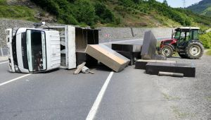 Dolap taşıyan kamyonet devrildi