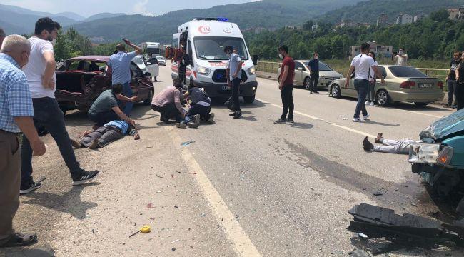 İki otomobil çarpıştı: 1'i ağır 3 yaralı