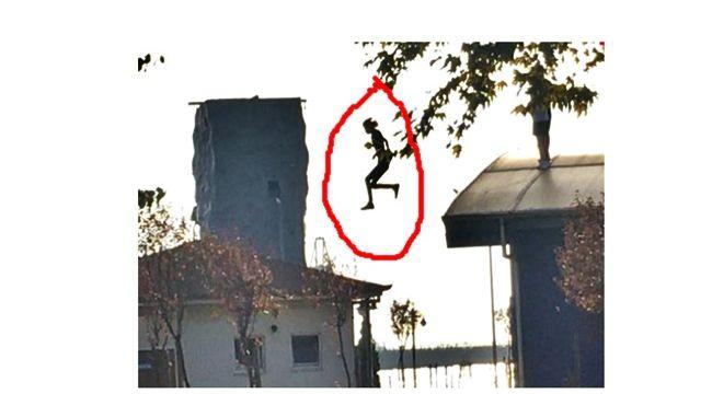 Çatıdan çatıya atladı