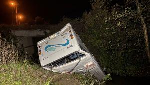 -Düzce'de minibüs köprüden kanala uçtu