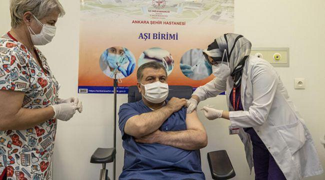 Sağlık Bakanı Koca canlı yayında koronavirüs aşısı oldu