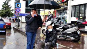 Yaralının başında şemsiye ile bekledi