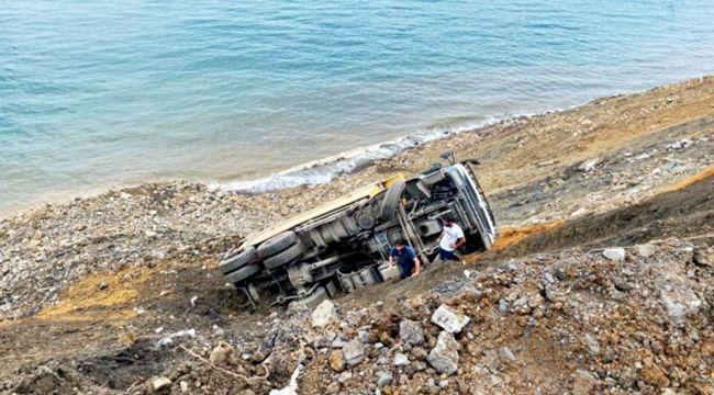 Hafriyat kamyonu uçuruma yuvarlandı