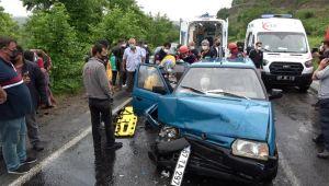 - Otomobilde sıkışan iki kişi acı içerisinde kurtarılmayı bekledi