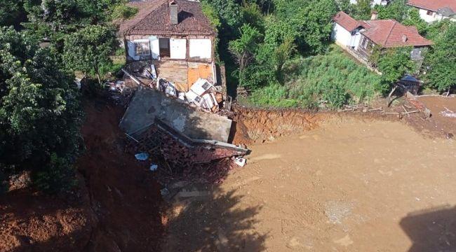 - Yoğun yağışta toprak kayınca ev çöktü