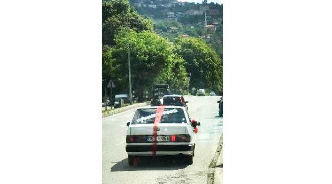 Aracını süsledi, arkasına yazdığı ilginç yazı ile şehir turu yaptı...