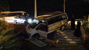 - 2 otomobile çarpan minibüs bahçeye uçtu