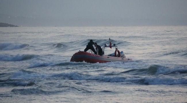 - Dalgalarla boğuşan gençlerden biri kurtarıldı, biri kayıp